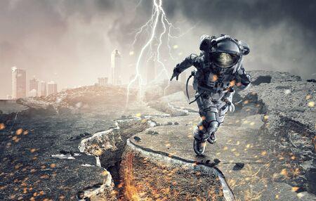 Spaceman running fast. Mixed media 版權商用圖片 - 89955811