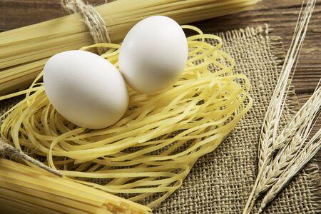 테이블에 스파게티와 계란의 닫기 스톡 콘텐츠