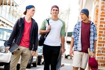 Jeugdvrienden die bij de straat lopen Stockfoto - 89917661