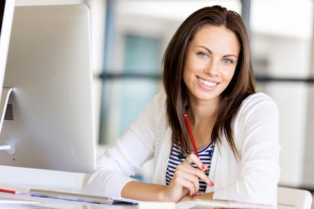 Szczęśliwy przedsiębiorca lub freelancer w biurze lub w domu