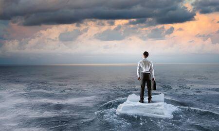 Surfen op zee op ijsschots. Gemengde media Stockfoto