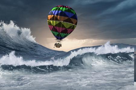 폭풍우 치는 바다 파도 위를 날아 다니는 컬러 aerostat