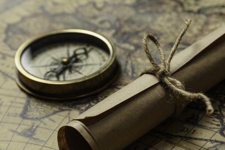 古い地図コンパスとテーブルの上にのって