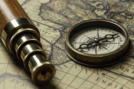 古い地図とスパイグラス レトロなコンパス