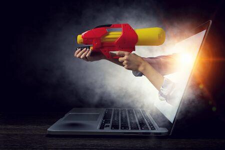 手は、ノート パソコンの画面から来ています。ミクスト メディア