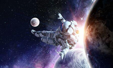 オープン スペースに浮かんでいる宇宙飛行士。NASA によって供給されるこの画像の要素