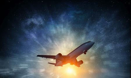 Silhouet van opstijgen en vliegtuig die binnen weg aan hemel wegvliegen. Gemengde media Stockfoto