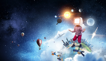 그의 머리에 대 한 TV 모니터 아이가 소년. 혼합 미디어. 스톡 콘텐츠
