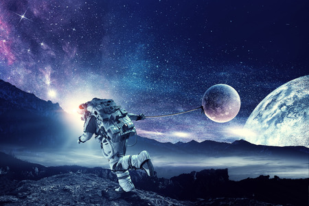 Astronauta en el espacio exterior tirando del planeta en la cuerda. Foto de archivo - 91370006