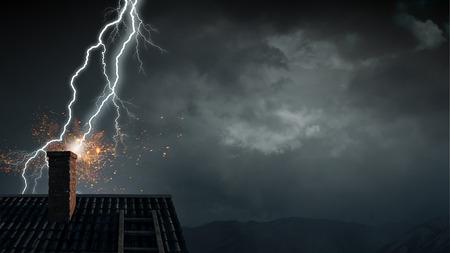 Jasny piorun uderzający dach domu. Różne środki przekazu Zdjęcie Seryjne