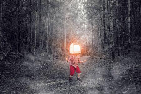그의 머리에 대 한 TV 모니터 아이가 소년. 혼합 매체 스톡 콘텐츠 - 91604714