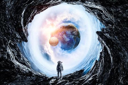 宇宙の穴に宇宙飛行士とファンタジー画像。 写真素材