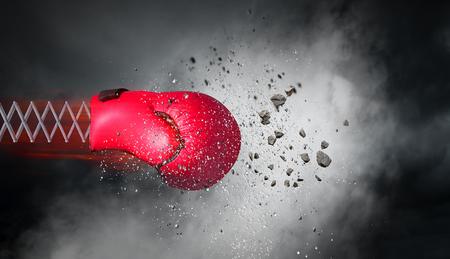 Boxhandschuh auf Frühling auf dunklem Himmel Hintergrund . Gemischte Medien Standard-Bild - 91606970