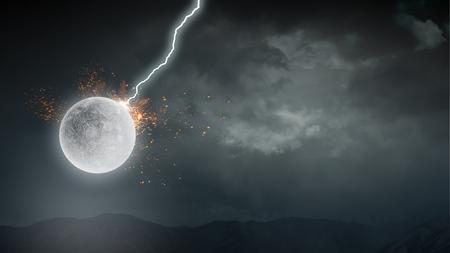夜空の雲の間の満月