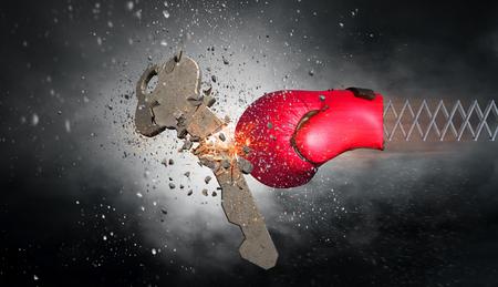 スプリングの赤いボクシンググローブは、コンクリートキーを破ります。混合メディア 写真素材