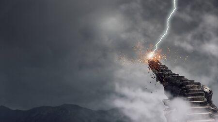 Stenen trap buiten en bliksem opvallend bovenop. Gemengde media Stockfoto