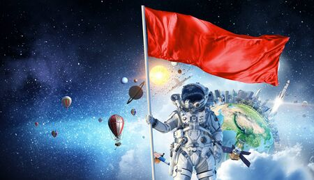 손에 플래그와 함께 우주 비행사 남자입니다. 스톡 콘텐츠