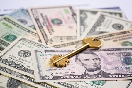 미국 달러 지폐 위에 황금 열쇠
