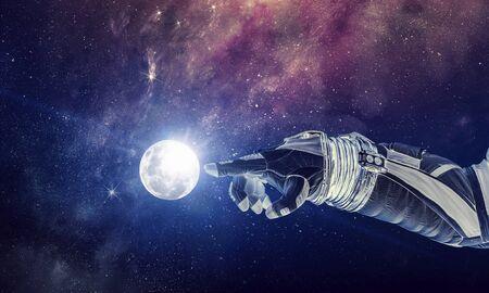 Fermer de la main robotique de l'astronaute touchant la planète.