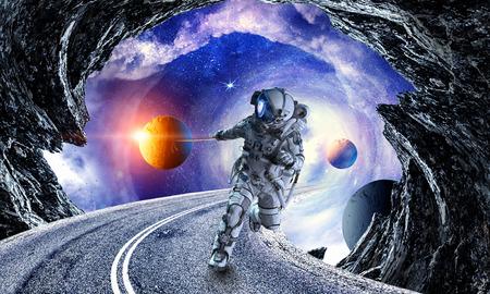 Astronaute dans l'espace qui tire la planète sur la corde.