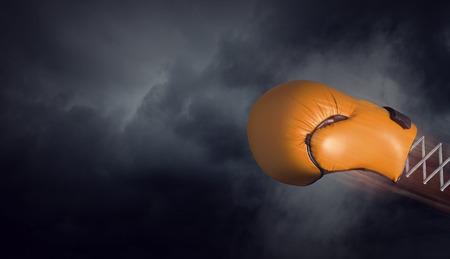 暗い空の背景に春のボクシンググローブ。混合メディア 写真素材 - 92631603