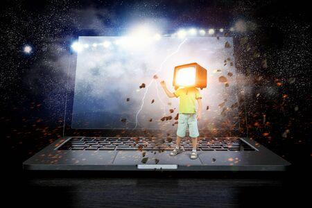그의 머리에 대 한 TV 모니터 아이가 소년. 혼합 매체 스톡 콘텐츠 - 92477242