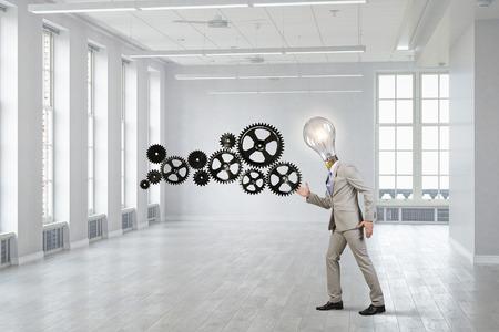 Un jeune homme d'affaires parmi les engins se déplaçant comme un robot. Médias mélangés