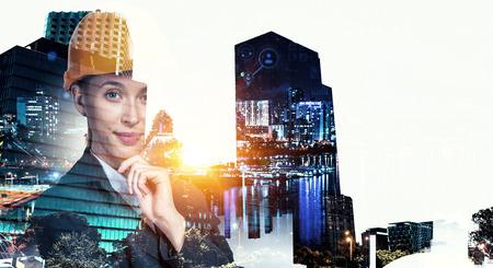 Image de double exposition de femme ingénieur et cityscape moderne. Technique mixte