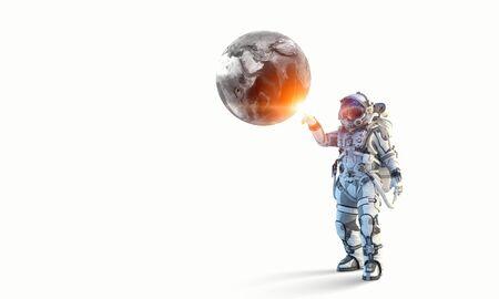 Astronaute touchant avec la planète des doigts.