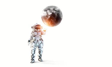 Astronaute touchant avec la planète des doigts