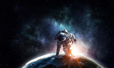 Kosmita jest ubranym kostium w początek pozie.