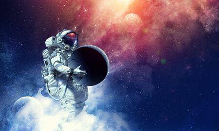 Astronaute tenant la planète lune dans les mains.
