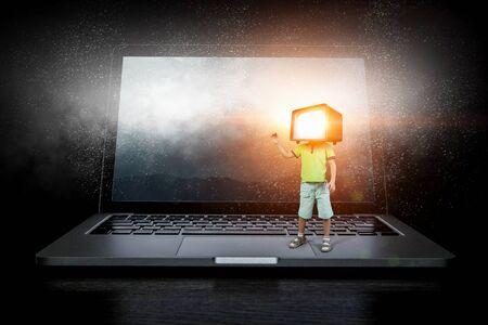 Kid garçon avec moniteur TV pour sa tête. Technique mixte Banque d'images