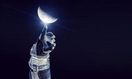 Fermer de la main robotique de l'astronaute touchant la planète. Éléments de cette image fournis par la NASA