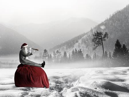Père Noël parmi les neiges à la recherche dans la longue-vue. Technique mixte