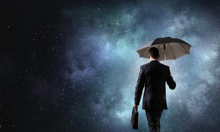 검은 밤 하늘에 검은 우산 사업가의보기를 다시