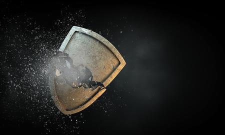 Gebrochenes Steinschild als Symbol des Sicherheitsbruchs. Gemischte Medien Standard-Bild - 92483121