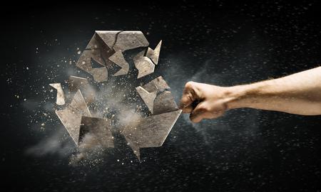 Schließen Sie herauf das Bild des menschlichen Handbrechens bereiten Steinsymbol auf. Gemischte Medien