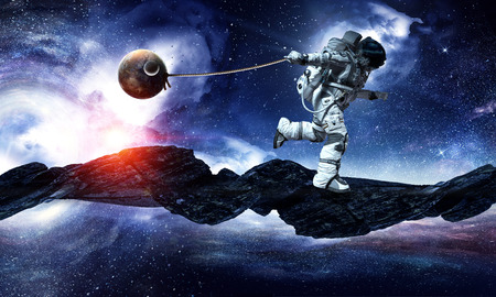 우주 비행사 밧줄에 행성을 당기 우주 공간에서. 이 이미지의 요소는 NASA에 의해 제공됩니다.