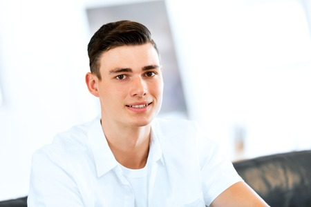 Portret van een slimme jonge man binnenshuis