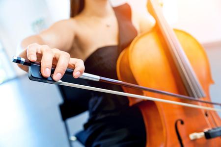 Gros plan du violoncelle avec un arc dans les mains Banque d'images
