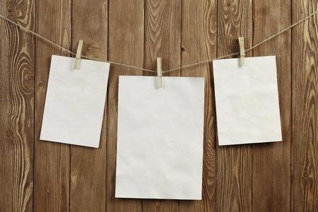 ロープに掛かる紙の白紙