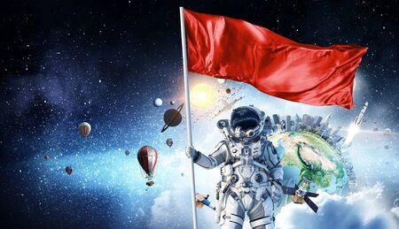 플래그를 손에 우주 비행사 남자입니다. 이 이미지의 요소는 NASA에 의해 제공됩니다.