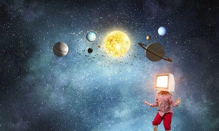 그의 머리에 대 한 TV 모니터 아이가 소년. 혼합 매체 스톡 콘텐츠 - 93623997