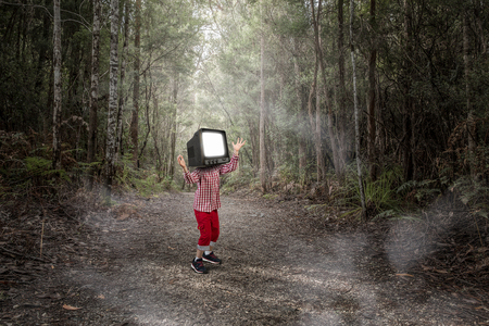 그의 머리에 대 한 TV 모니터 아이가 소년. 혼합 매체 스톡 콘텐츠