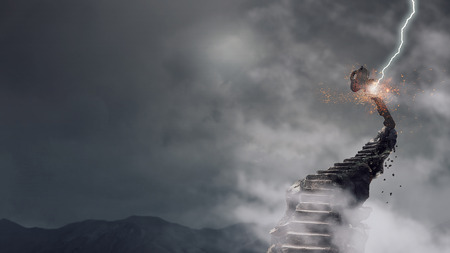 돌 계단 위에 성공의 상징으로 키입니다. 혼합 매체