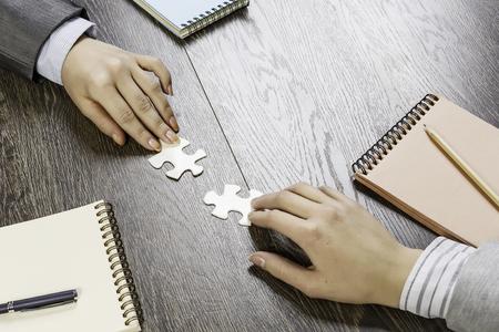 Hand der Geschäftsfrauen , die Puzzlespiel mit fehlenden Stück überprüfen Standard-Bild - 93624684