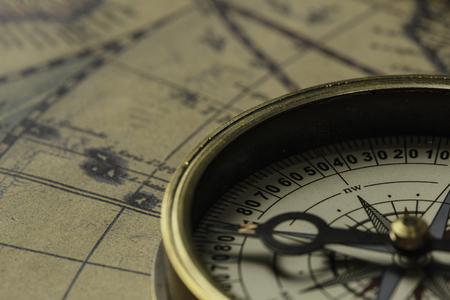 古い地図とコンパスを使った旅行と発見の概念