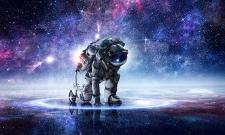 Spaceman 양복을 입고 시작 포즈. 혼합 매체 스톡 콘텐츠