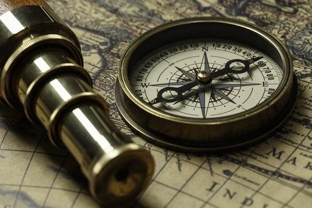 Conceito de viagem e descoberta com mapa e bússola antigos Foto de archivo - 93863584